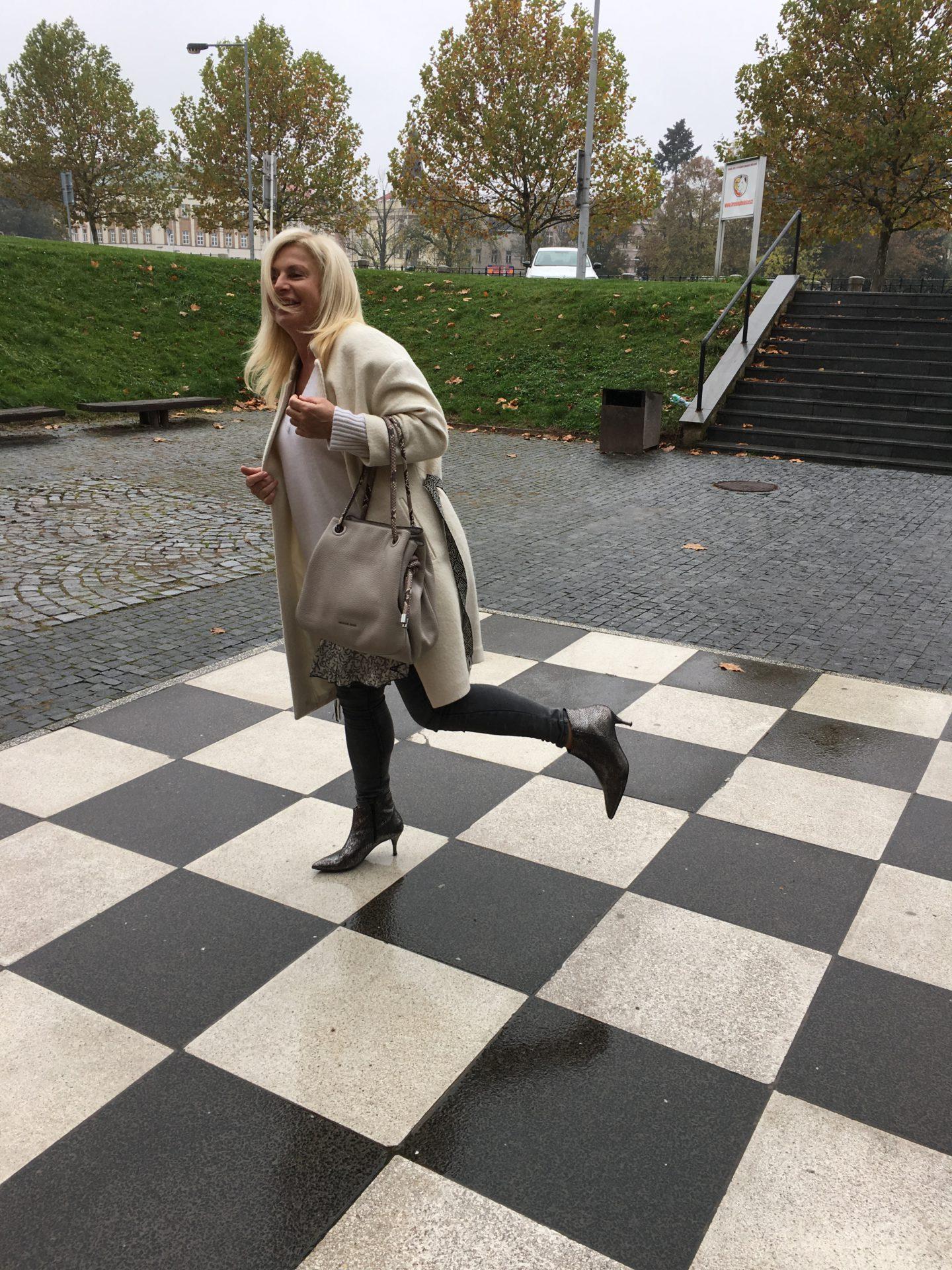 Kašmírový svetr na šachovnici